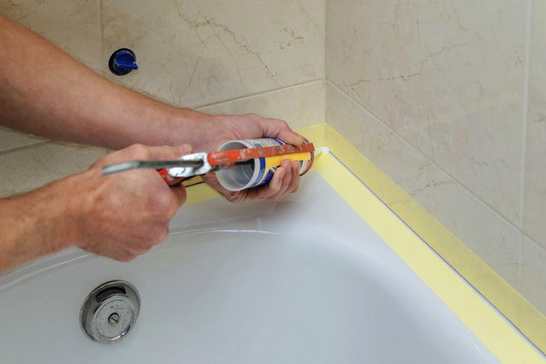 Versiegelungsarbeiten im Badezimmer