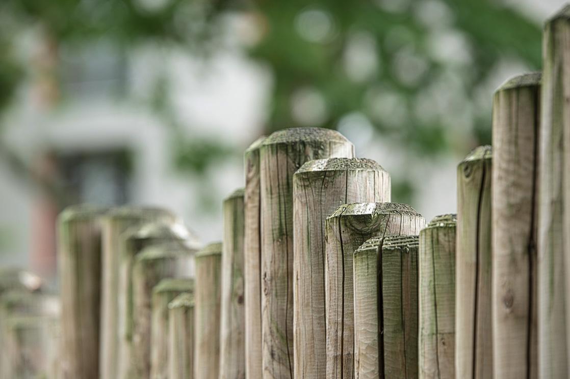 Holzstamm Zaunbau