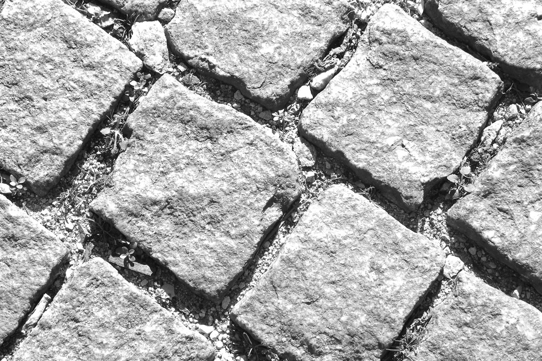 pflasterarbeiten mit grauen steinen