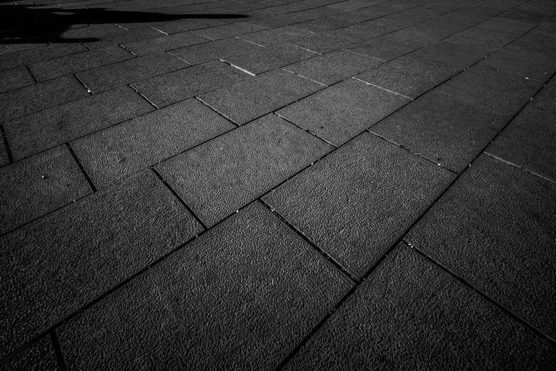 pflasterarbeiten schwarze steinplatten
